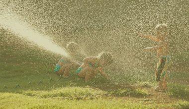 Crianças brincando na água