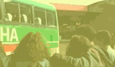 Pessoas olhando para o ônibus em Despedida na rodoviária